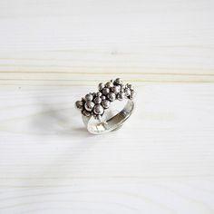 Stoerschuim (schuimcollectie). Zilveren ring met zilveren balletjes. Ontwerp van Karen Klein edelsmid   www.karenklein.eu
