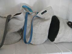 Stabile Leinentasche aus Handgewebtem Leinen mit Lederboden.  Geeignet für den Einkauf, am Strand oder für unterwegs.  Stabile Lederriemen. Druckknopf in der Mitte Alle Nähte sind mit Ripsband eingefasst.  Pflegehinweise: Monatlich mit Pflegespray für Vollleder behandeln. Vorsichtige Maschinenwäsche möglich, am besten mit Lederseife, Wollwaschgang, kalt/30°C.
