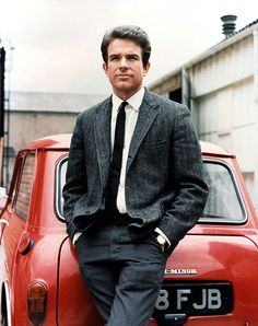 """rakehound: """"A young Warren Beatty in a single-breasted herringbone weave jacket, leaning on a classic red Mini in a promotional portrait for 'Kaleidoscope', """" Rover Mini Cooper, Mini Morris, Herringbone Jacket, Ivy Style, London Girls, London Look, Classic Mini, Classic Cars, Actor"""