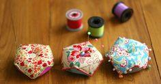 フランス生まれのおしゃれなピンクッション、ビスコーニュを知っていますか? ビスコーニュはフランス語で「いびつな」という意味で、本来はクロスステッチなどで飾ります。今回は、ブランケットステッチとハギレ布を使った簡単な作り方…
