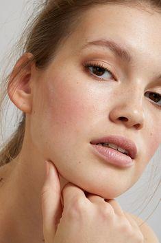 Your Ultimate Guide to the 'No Makeup, Makeup' Look. – Glow Organic What's Makeup ? What is Makeup ? Makeup Hacks, Makeup Trends, Makeup Tips, Makeup Ideas, Minimal Makeup Look, Simple Makeup, Minimal Beauty, Blonde Curly Hair, Blonde Wig