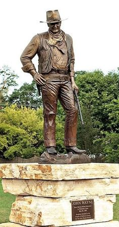 John Wayne statue in Winterset, Iowa. The Western film icon's legendary demeanor is captured in bronze near the very home where he was born. John Wayne Quotes, John Wayne Movies, Films Western, Western Art, Winterset Iowa, Film Icon, Sculpture Metal, Robin Wright, Actor John