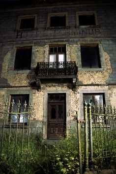 ... Old Abandoned Buildings, Abandoned Property, Abandoned Mansions, Old Buildings, Abandoned Places, Real Haunted Houses, Haunted Places, Ghost Towns, Places Around The World
