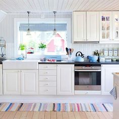 Oggi siamo in Danimarca a casa di Annette, un'antica costruzione in legno dove predomina il bianco e le tonalità pastello…           ...