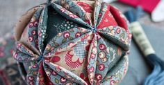 Ideas For Patchwork Christmas Ball Fabric Scraps Patchwork Blanket, Patchwork Cushion, Patchwork Baby, Crazy Patchwork, Blanket Yarn, Patchwork Patterns, Vintage Christmas Balls, Quilted Christmas Ornaments, Fabric Ornaments