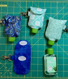 Make A Hand Sanitiser Gel Holder - this hand hygiene gel case can made in minutes and clips to your bag. Never lose your sanitizer again! Full DIY tutorial Great gift for friends, family and teachers. Sewing Crafts, Sewing Projects, Diy Pochette, Alcohol En Gel, Hand Sanitizer Holder, Creation Couture, Bottle Holders, Make And Sell, Hand Sewing
