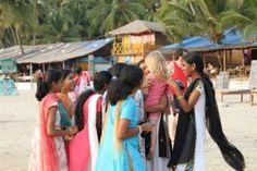 India -Palolem Beach in Goa -Prachtige baai met overhangende palmen en oude vissersbootjes. Vliegen via Mumbai naar Dabolim Airport. Wil je het nog iets rustiger, dan is het op 10 min lopen gelegen Patnem Beach een aanrader .Logeren bij Papaya's- ook heel goed te doen met kids.