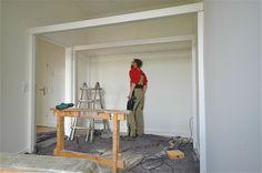 Das Hochbett wurde aus Platzgründen knapp über der Tür montiert. Die Hölzer sind aus Fichtenholz, wurden weiß lasiert und mit Bienenwachsbalsam versiegelt. Maße 2700 x 1700 x 2000 B x ...