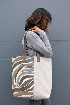 Handmade Vintage Mid-Century and Irish Linen Tote Bag – The River Flow Tote Bag Handgemachte Vintage Mid-Century und irische Leinen Einkaufstasche – The River Flow Tote Bag Sacs Tote Bags, Diy Tote Bag, Canvas Tote Bags, Sling Bags, Diy Sac, Linen Bag, Denim Bag, Fabric Bags, Handmade Bags