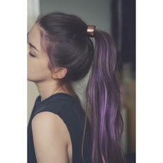 Purple hair and rose gold hair accessory Messy Ponytail Hairstyles, Blonde Ponytail, Protective Hairstyles, Funky Hairstyles, Straight Hairstyles, Style Hairstyle, Hair Color Purple, Purple Hair Streaks, Ombre Color