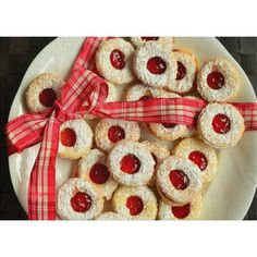 Christmas is almost here again, and that means it's just about time to bake all those delightful yummy Christmas cookies. With that thought in mind, I've put together this collection of Christmas cookie recipes, some (or all) that you're sure… Easy Linzer Cookies Recipe, Cookie Recipes, Yummy Recipes, Jelly Cookies, Filled Cookies, Barres Dessert, Linzer Tart, Novelty Rugs, Holiday Essentials