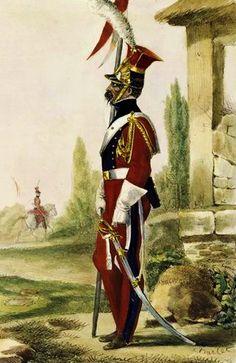 Un soldat, de profil, vêtu d'un uniforme rouge et bleu, tenant une lance dans sa main droite, à côté d'un bâtiment en pierre.