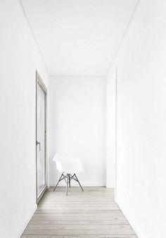 Dieser Stuhl mit weißer Kunststoffschale auf Buchengestell, sieht auch im 'Replika' ziemlich gut aus und kostet weniger als das Original! Hier entdecken und shoppen: http://sturbock.me/sP7