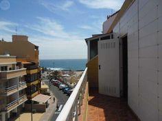 . Ref:3399-7300. Piso �tico en el Puertito de G��mar a 100 metros de la playa. Consta de sal�n-cocina, ba�o, dos dormitorios y terraza. En la actualidad parte de la terraza se ha cerrado quedando una tercera habitaci�n o cuarto y quedando al descubierto un