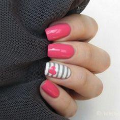 Manicure rosa con anulare a righe e cuore