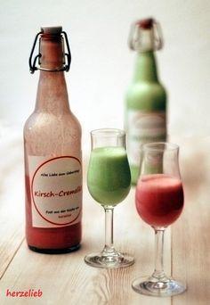 Selbstgemachter Waldmeister- und Kirsch-Cremelikör sind wunderbare Mitbringsel. Schnapp dir die Rezepte. Dazu gibt es die Flaschen-Etiketten als Download