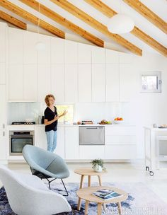 Step inside this minimalist laneway house by MA+HG Architects which puts clever design thinking into action with a small footprint. Konmari, Penny Round Tiles, Built In Bench, Clever Design, Design Moderne, Design Thinking, Modern Classic, Living Spaces, Home And Family