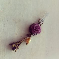 Plug para celular o tableta con Torre Eiffel, perla y flor de coralina. Pedidos: www.facebook.com/kiute.accesorios