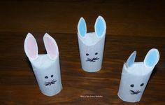 Coucou =) Aujourd'hui je viens vous montrer le pas à pas de la fabrication de petits lapins de pâques faits avec des rouleaux de PQ ! Voici donc la première étape: Le pliage et la première co… Hui, Voici, Bunny, Wraps, Bunnies, Peek A Boos, Stuff Stuff