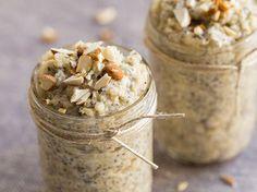 Mandel - Vanille - Quinoa Für 2 Personen 240 ml Mandelmilch 100 g Quinoa 4 Esslöffel Mandelmus 4 Esslöffel Chia-Samen 2 Esslöffel Ahornsirup 1 Teelöffel Vanille-Extrakt 1 Handvoll Mandeln flüssiges Stevia (nach Bedarf)