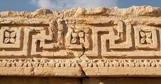 Detalhe de arquitetura da antiga cidade de Palmira, na Síria. Na Antiguidade, os habitantes de Palmira eram basicamente arameanos, amoritas e árabes, com minorias judias e gregas. A sociedade era tribal e a língua local era um dialeto próprio de aramaico -- substituído pelo árabe após a conquista no ano 634
