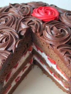 Rosentorte Schokoladenkuchen mit Erdbeeren und Vanillecreme