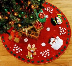 Christmas tree skirt pattern candy canes ideas for 2019 Diy Christmas Tree Skirt, Xmas Tree Skirts, Christmas Tree Skirts Patterns, Felt Christmas, Christmas Colors, White Christmas, Christmas Time, Christmas Stockings, Christmas Crafts