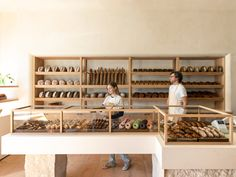 Inspired by traditional markets in Europe, Breadblok's first gluten-free bakery designed by Angelenos Commune Design is a rustic celebration of the company's French roots combined with its Californian location Bakery Los Angeles, Pastry Display, Foot Shop, Market Stands, Gluten Free Bakery, Traditional Market, Butter Chocolate Chip Cookies, Bakery Design, Bakery Interior Design