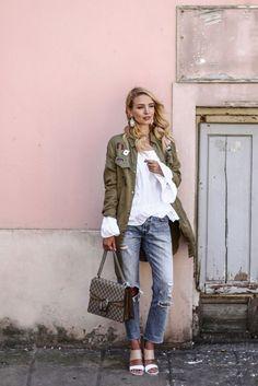 Leonie stylt ihren Parka aufregend zu Volant-Bluse, Cropped Jeans und Sandaletten