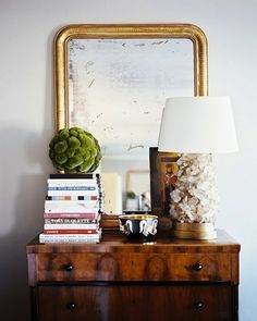 Vignette styling is an art form. A well designed vignette is a conversation starter. Here are some tips to help you get started styling vignettes in your home. Design Entrée, House Design, Store Design, Wood Dresser, Dresser Top, Dresser Mirror, Wood Chest, Small Dresser, Living Room Photos