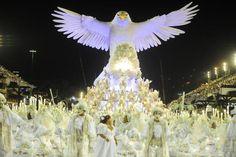 A águia da Portela aparece como águia redentora, lembrando o Cristo Redentor, no segundo dia de desfile do Grupo Especial das escolas de samba do carnaval do Rio. A azul e branco de Madureira homenageou os 450 anos da capital fluminense, comemorados este ano.   (Tânia Rêgo/Agência Brasil)