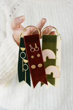 Geschenk Ideen – DIY Velvet Earring Tags DIY Velvet Earring Tags Source by kollabora Diy Projects To Make And Sell, Easy Diy Projects, Crafts To Sell, Sell Diy, Weekend Projects, Earring Display, Jewellery Display, Earring Holders, Diy Holiday Gifts