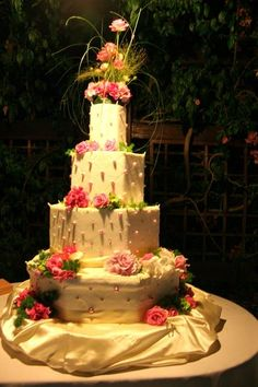 torta a piani bianca e rosa