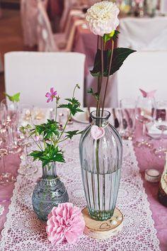 Pinke, gecrashte Tischdecke mit Tischläufer in Weiß und Vintage-Hochzeitsdeko. #weddstyle