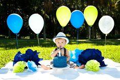 First Birthday smash cake outdoor photo idea. 1st Birthday Photoshoot, Baby Boy 1st Birthday Party, Birthday Cake Smash, 1st Birthday Pictures, Photo Deco, Foto Baby, Cake Smash Photos, Birthday Photography, 1st Birthdays
