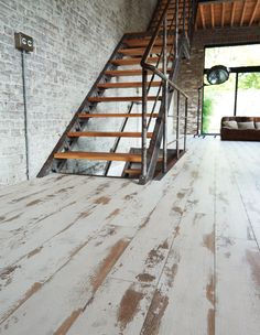 The aged / bleached effect for an industrial-style interior. Basement Stairs, Basement Flooring, Diy Flooring, Wooden Flooring, Basement Remodeling, Basement Laundry, Restaurant Interior Design, Visual Texture, Boutique