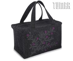 Cosmetic bag. Felt: 100% felt. Machine assembly. Tambour embroidery. 27 x 17.5 x 15