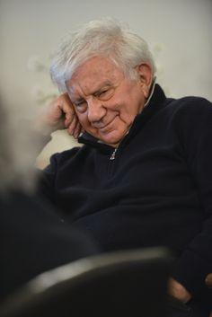 """Don Antonio sorride """"divertito"""" mentre ascolta l'intervento di un  giovane studente che pone una domanda al Prof. V. Andreoli"""