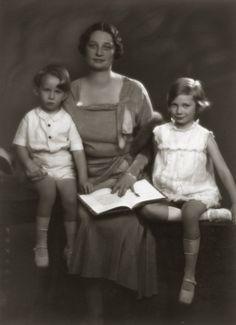 H.K.H. Astrid, Prinses van België met Prinses Josephine-Charlotte en Prins Boudewijn. 1931, bromide foto formaat 16 x 22 cm. Foto gemaakt door Robert Marchand, uit de verzameling van Wilfried Vandevelde.