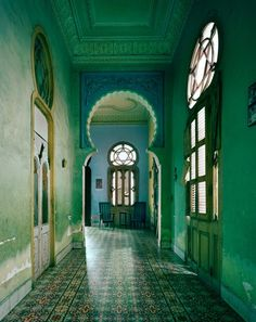 I'm really feeling the green on these walls. It might be too much for a bar, but I think that we can do something with this. Morocco
