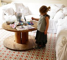 Nice bit of upcycling: Wood cable spool as coffee table Cable Spool Tables, Wooden Cable Spools, Wire Spool, Creative Kids Rooms, A Well Traveled Woman, Cable Reel, Kid Table, Toddler Table, Apartment Furniture