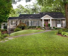 Great balance re front yard garden. Lovely front door and portico. Great balance re front yard garden. Lovely front door and portico. Ranch Exterior, Exterior Remodel, Brick Ranch, Boho Home, H & M Home, Ranch Style Homes, Exterior Lighting, House Front, Front Porch