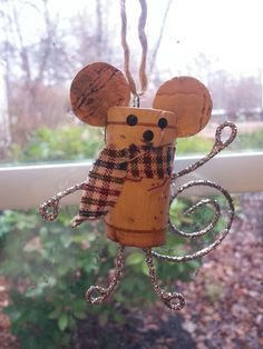 Christmas Mouse made from corks, tin foil, scrap material, pins Wine Craft, Wine Cork Crafts, Wine Bottle Crafts, Wine Bottles, Wine Cork Ornaments, Diy Christmas Ornaments, Christmas Projects, Holiday Crafts, Wine Cork Art