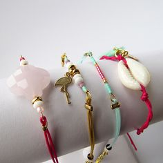 Tutoriel DIY facile bracelets fins été ou amitiés avec perles miyuki delicas, treffle, coquillage cauri et flamant rose dore taille 600px