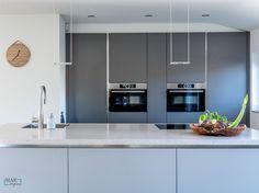 Vrijstaande woning inclusief bijgebouw is verbouwd en opnieuw ingericht, voor weer jaren woonplezier! Een Industrieel interieur, waar je jaren mee kan doen. Daarbij accent kleuren in koper, grijs. Ook wordt er met verschillende materialen gewerkt zoals leer, beton, hout. De woonkamer en keuken werden in eerste instantie gescheiden door een muur met grote openslaande deuren. Hierdoor oogde de ruimte kleiner dan hij in werkelijkheid is. Ook is er een nieuwe moderne keuken geplaatst… Kitchen Cabinets, Relax, Modern, Table, Furniture, Home Decor, Trendy Tree, Keep Calm, Interior Design