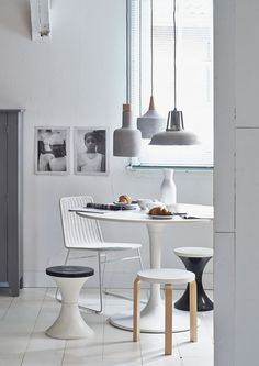 Round dining table with a rattan chair, different stools and a variation of concrete lamps | Styling @fietjebruijn | Photographer Dennis Brandsma | vtwonen April 2015