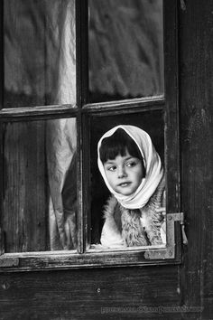 a beautiful world . X ღɱɧღ Window Photography, Vintage Photography, Street Photography, Black And White Love, Black And White Pictures, Photographs Of People, Beautiful Moments, Great Photos, Black And White Photography