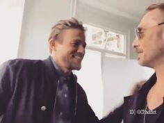 "324 Synes godt om, 12 kommentarer – My man Charlie Hunnam  (@myfuckingmancharliehunnam) på Instagram: """"WHEN YOU KNOW YOU ARE HANDSOME AF""... NOPE. STILL CANT HANDLE THIS VIDEO. ❤️❤️❤️❤️…"""