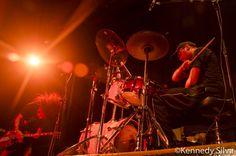 """WHIPLASH """"Resenha - Hatebreed, Napalm Death, Paura e Test (Carioca Club, São Paulo, 27/09/14)"""" (por Durr Campos, out 2014) / O Test estava ali mais pelo Napalm Death, penso eu. Sabe-se que Shane Embury os adora e sempre que pode dar aquela força ao duo mais barulhento da capital paulista. João Kombi (vocal/guitarra) e o exímio baterista Barata, um pavor de bom nas baquetas, possuem na bagagem demos, DVDs não oficiais, um 7"""" EP e seu debut """"Arabe Macabre"""", lançado ano passado em CD e LP."""