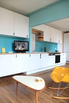 La ligne bleu (crédence et plan de travail) passe du salon à la cuisine / Archi : ATELIER PREMIER ETAGE